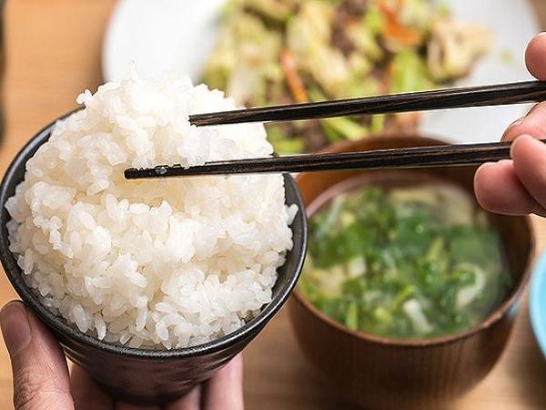Mơ thấy ăn cơm điềm gì?
