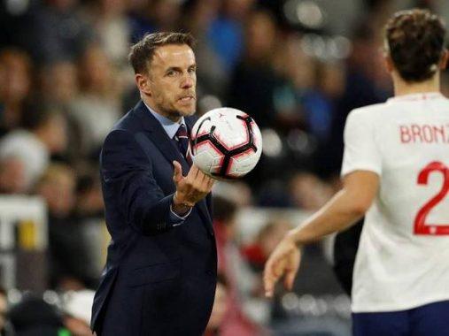 Tin bóng đá tối 25/4: Neville chia tay ĐT nữ Anh